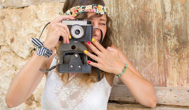 Fille avec l'appareil-photo de vintage dans une vieille ville photos libres de droits