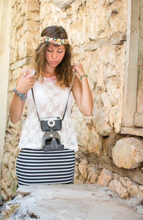 Fille avec l'appareil-photo de vintage dans une vieille ville photo libre de droits