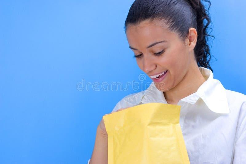 Fille avec l'enveloppe photographie stock libre de droits