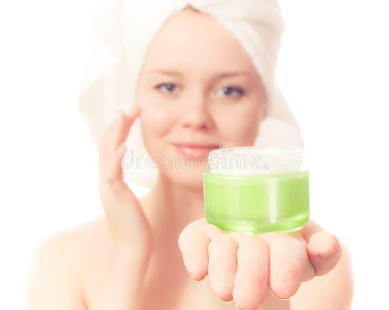 fille avec l'essuie-main sur sa tête et crème. image stock