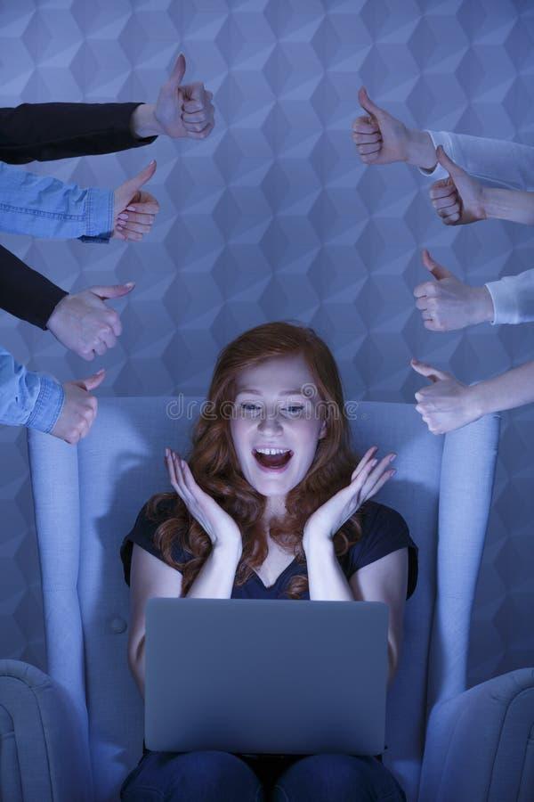 Fille avec l'ordinateur portable la nuit images libres de droits
