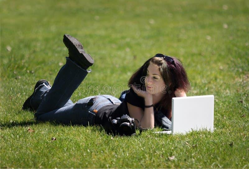 Fille avec l'ordinateur portatif photographie stock libre de droits
