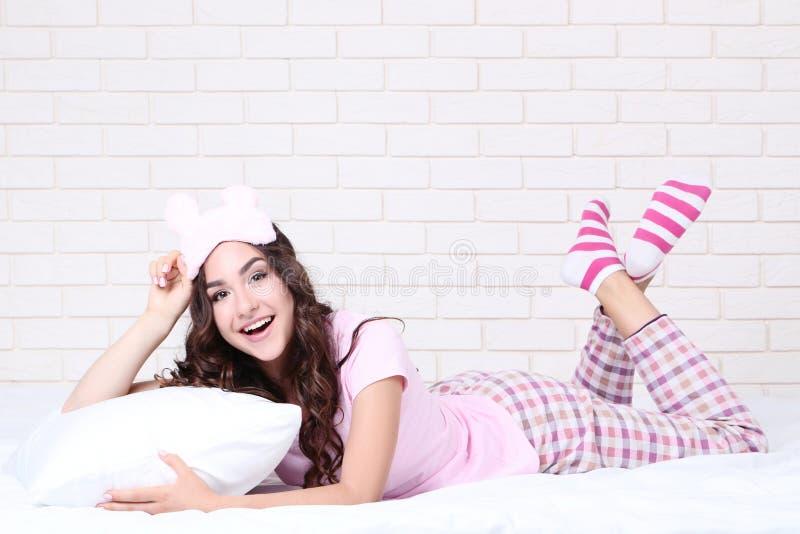 Fille avec l'oreiller et le masque de sommeil photos libres de droits