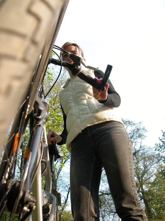Fille avec la bicyclette image stock