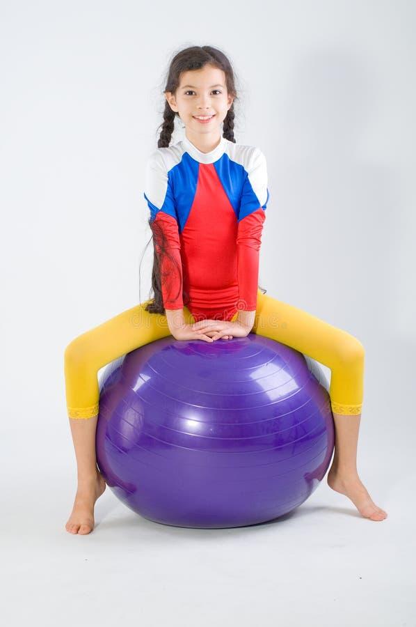 Fille avec la bille de gymnastique images libres de droits