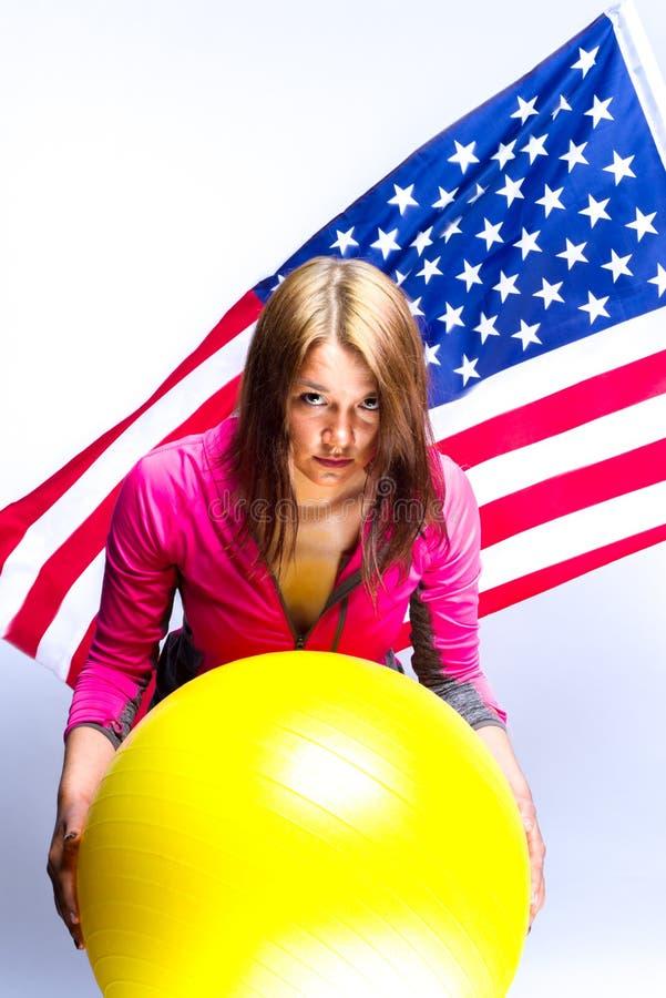 Fille avec la boule et le drapeau américain photos libres de droits