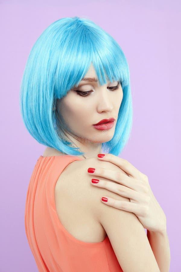 Fille avec la coiffure et le maquillage bleus image stock