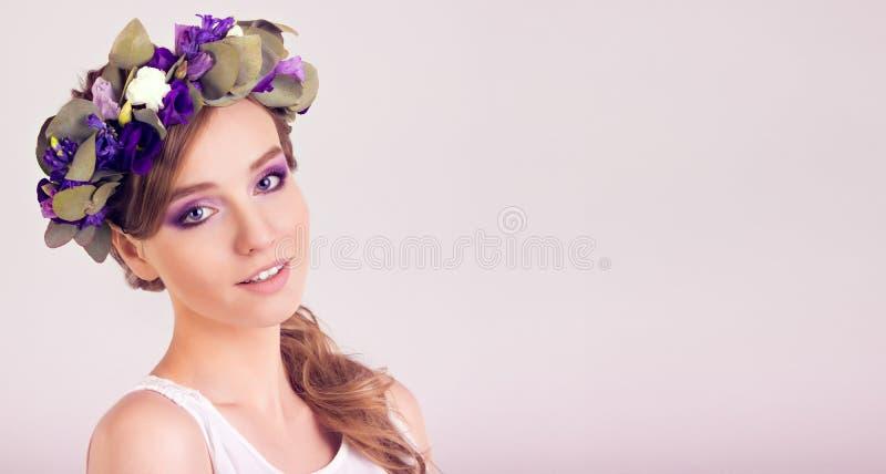 Fille avec la couronne de fleur posant dans le studio image libre de droits