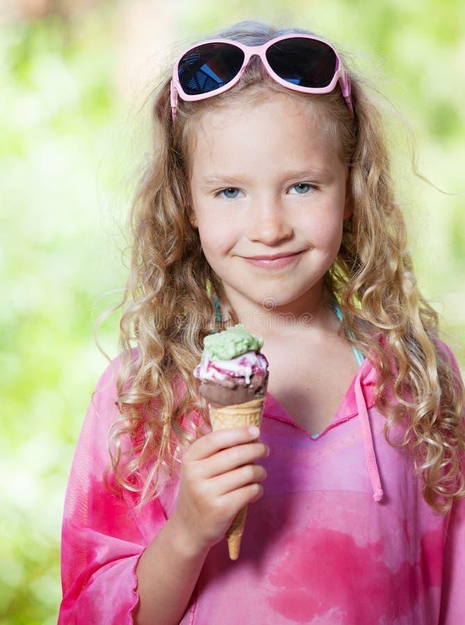 Fille avec la crème glacée  photo stock