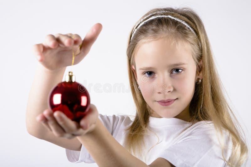 Fille avec la décoration rouge de Noël images libres de droits