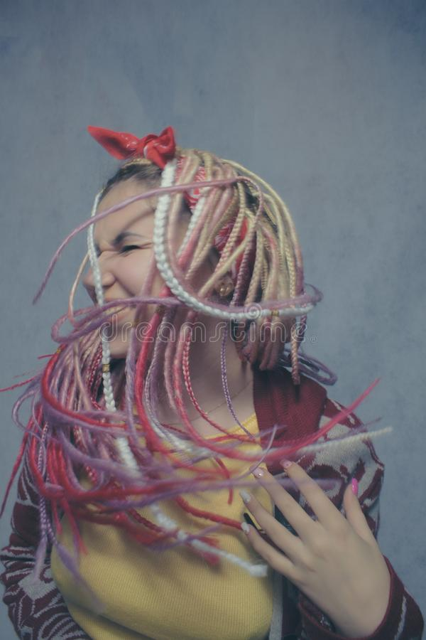 Fille avec la danse de dreadlocks photographie stock