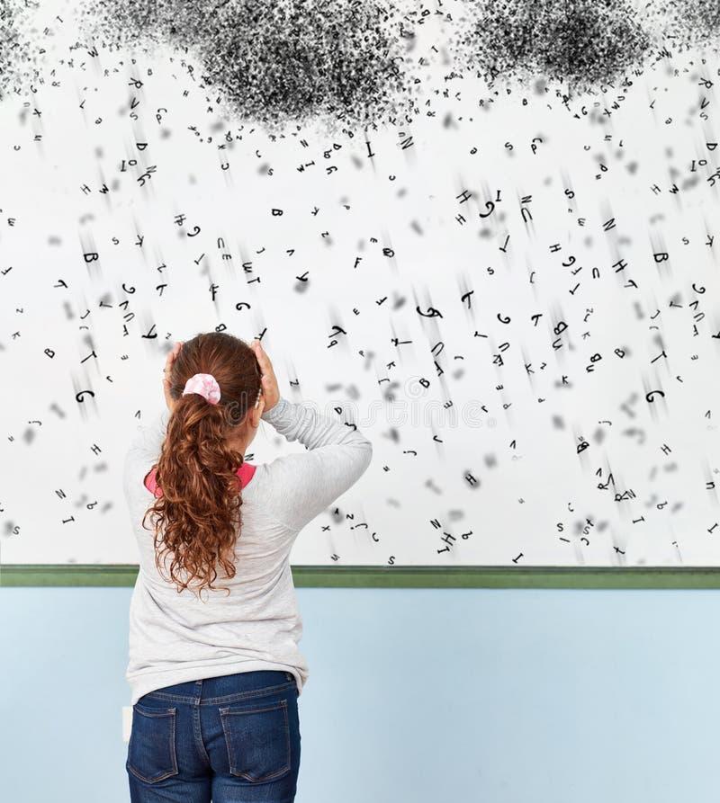 Fille avec la dyslexie ou la dyslexie à l'école photos libres de droits