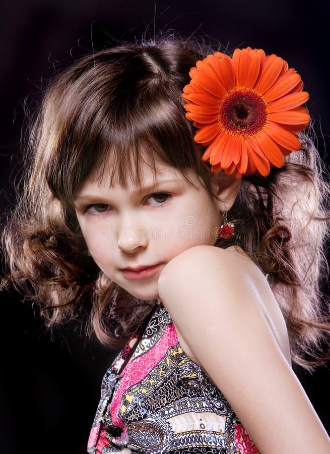Fille avec la fleur dans le cheveu photo stock