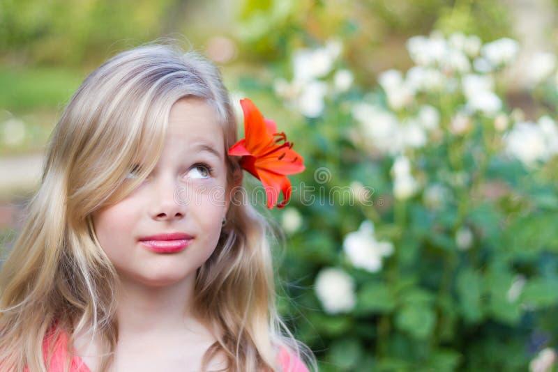 Fille avec la fleur dans le cheveu images libres de droits