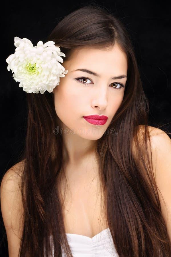 Fille avec la fleur dans ses cheveux image stock