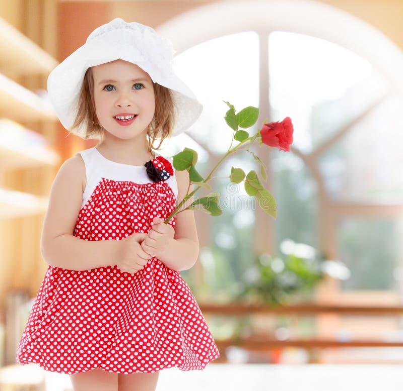 Fille avec la fleur rose images stock