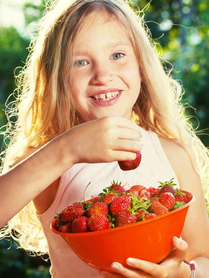 Fille avec la fraise images stock
