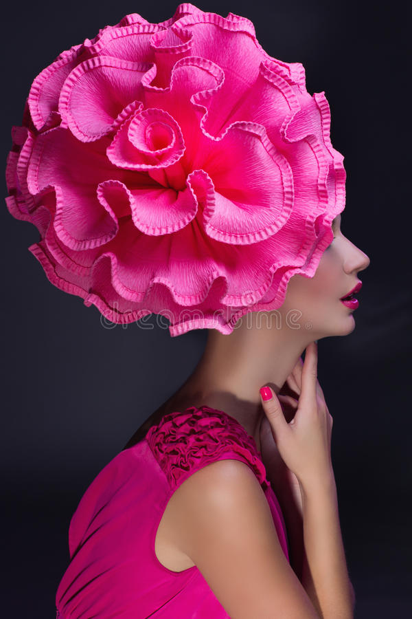 Fille avec la grande fleur sur la tête photo stock