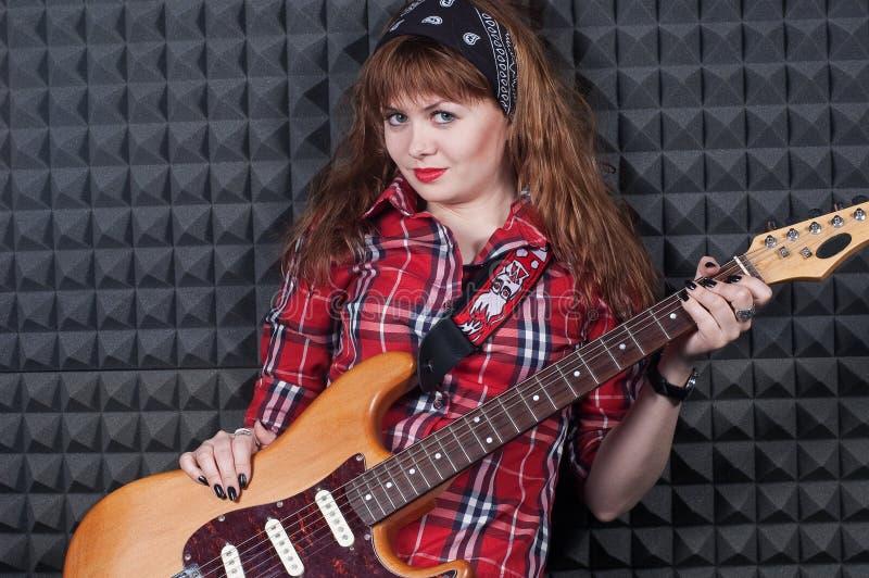 Fille avec la guitare images libres de droits