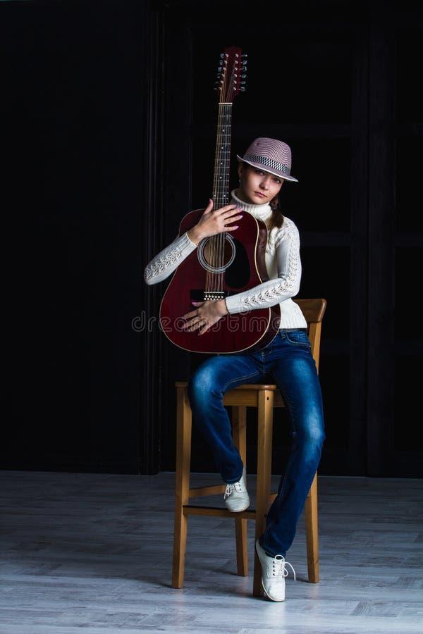 Fille avec la guitare photo stock