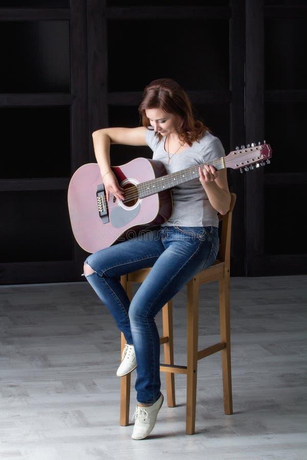 Fille avec la guitare images stock