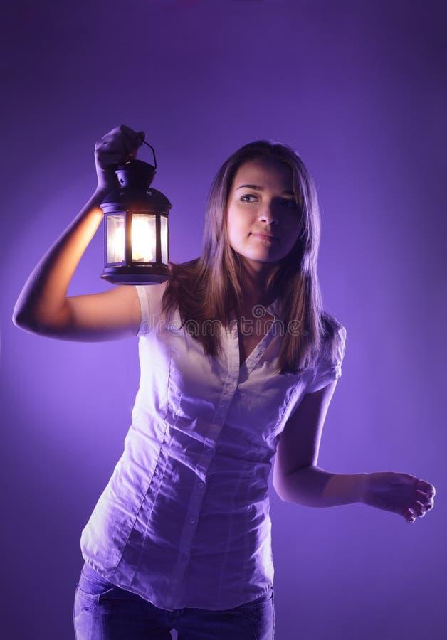 Fille avec la lanterne image stock