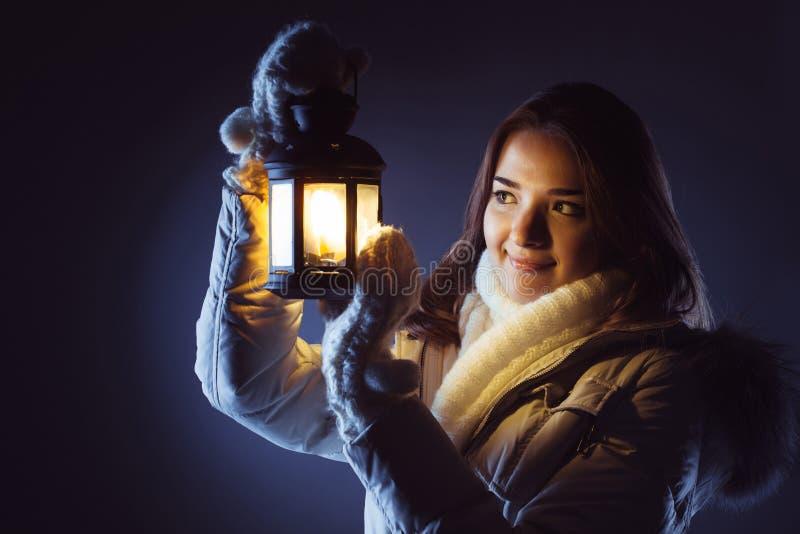 Fille avec la lanterne cherchant dans la nuit photographie stock libre de droits