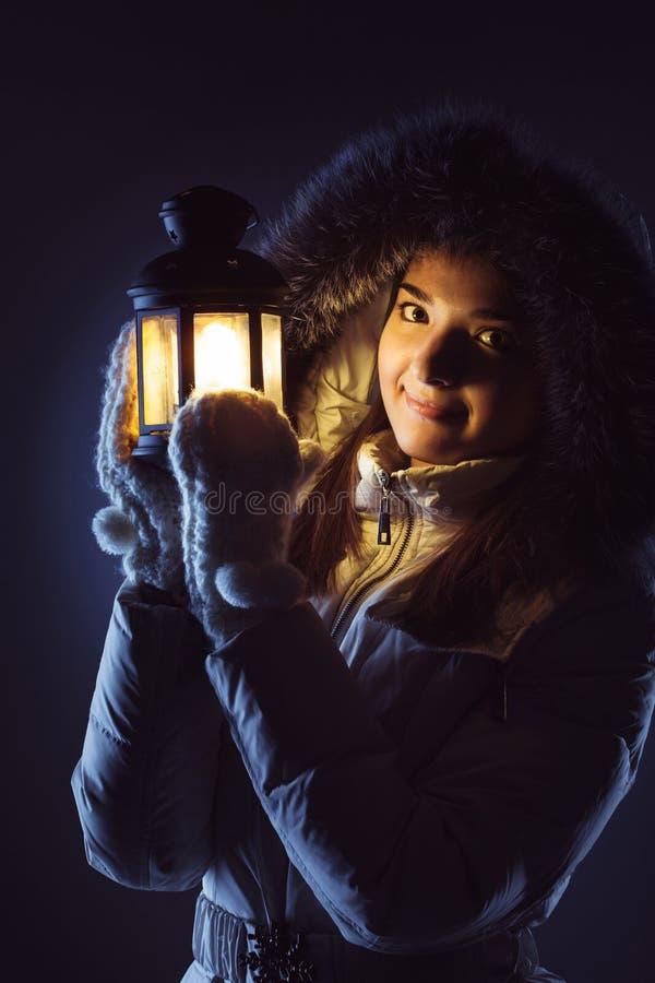 Fille avec la lanterne cherchant dans la nuit photo stock