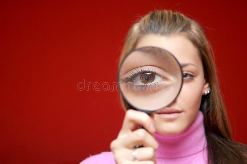 Fille avec la lentille photographie stock