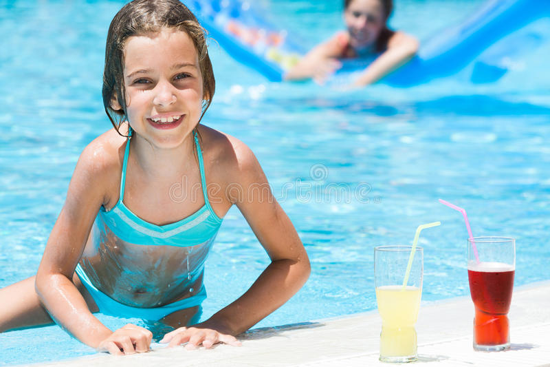 Fille avec la mère sur le fond hors de la piscine photo libre de droits