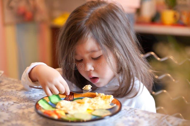 Fille avec la paix de l'omelette sur la fourchette photo stock
