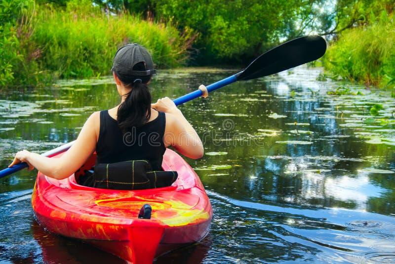 Fille avec la palette et le kayak 8 image stock