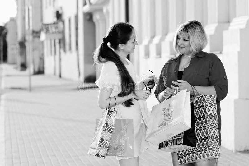 Fille avec la rue de boutique de sac de couleur photographie stock