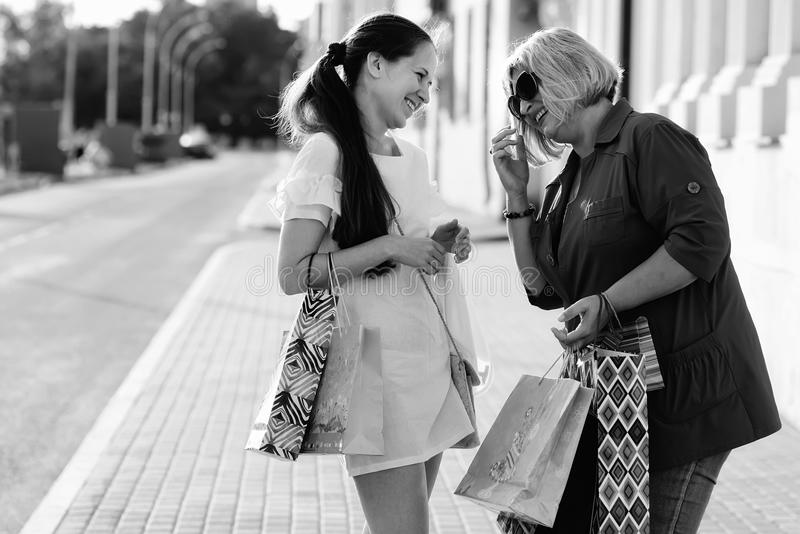 Fille avec la rue de boutique de sac de couleur photos libres de droits