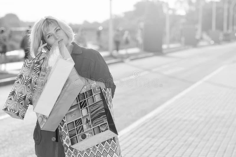 Fille avec la rue de boutique de sac de couleur photo libre de droits