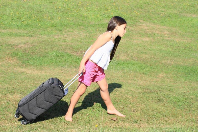 Fille avec la valise lourde image libre de droits