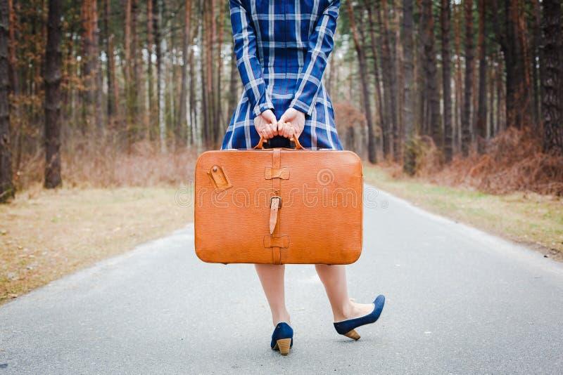 Fille avec la valise sur la route photographie stock libre de droits