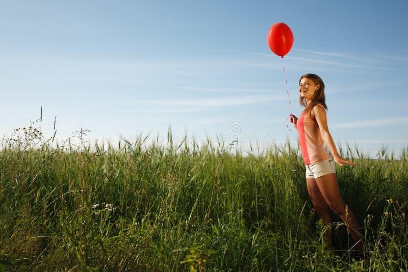 Fille avec le ballon rouge photos stock