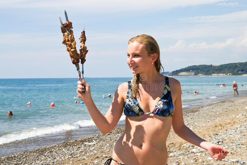Fille avec le barbecue images stock