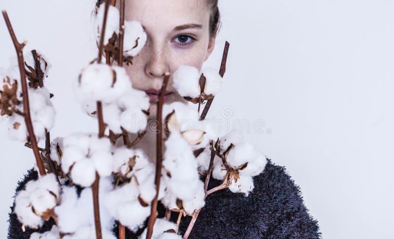 Fille avec le bouquet de coton photographie stock libre de droits
