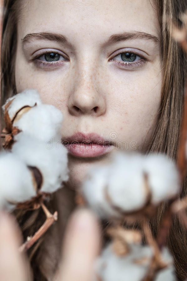 Fille avec le bouquet de coton image libre de droits