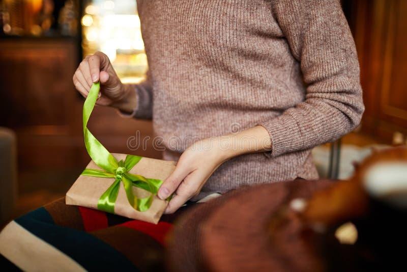Fille avec le cadeau emballé images stock