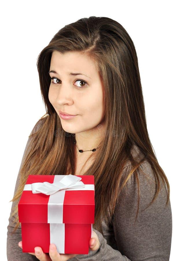 Fille avec le cadre de cadeau rouge image libre de droits