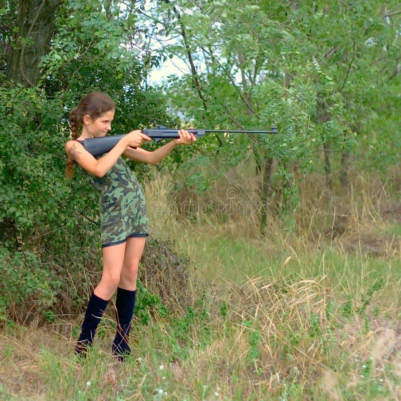 Fille avec le canon dans la forêt photographie stock