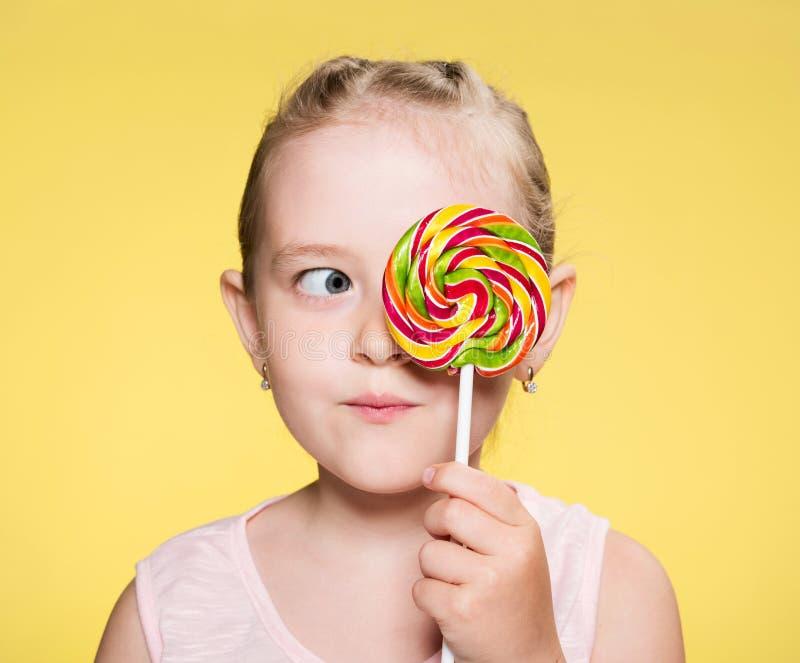 fille avec le caramel photo libre de droits
