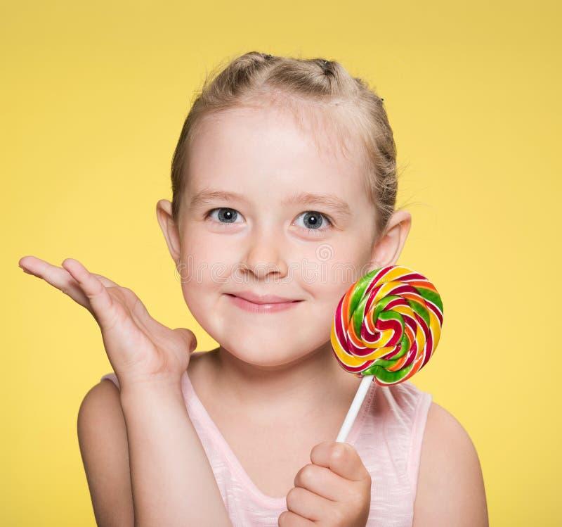 fille avec le caramel lumineux image stock