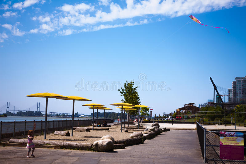 Fille avec le cerf-volant dans le ciel d'été image stock