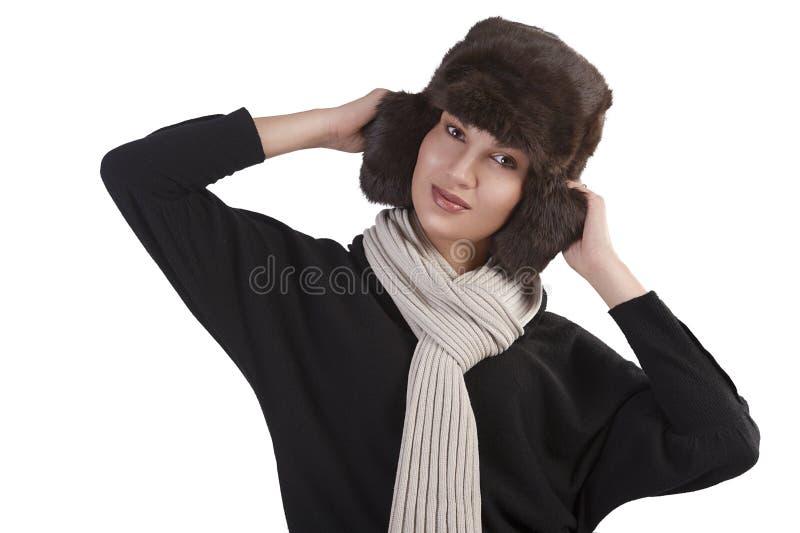 Fille avec le chapeau de fourrure et avec l'écharpe avec la pose d'amusement images stock