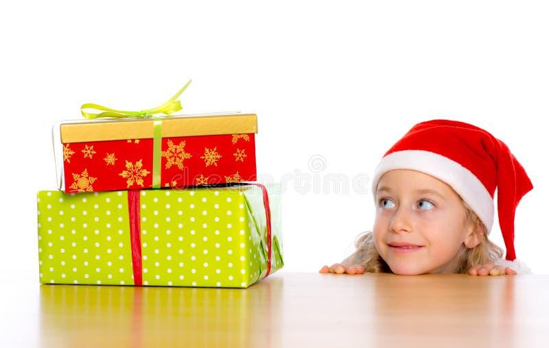 Fille avec le chapeau et les présents de Santa photo stock