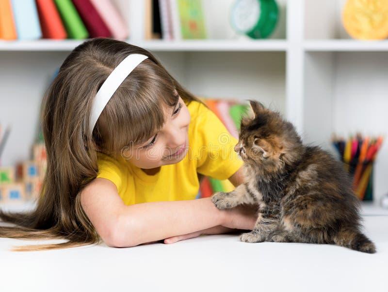 Fille avec le chaton image libre de droits